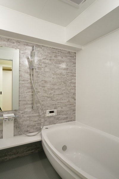 浴室 (日の当たる広く開放的なリビングが自慢の家)