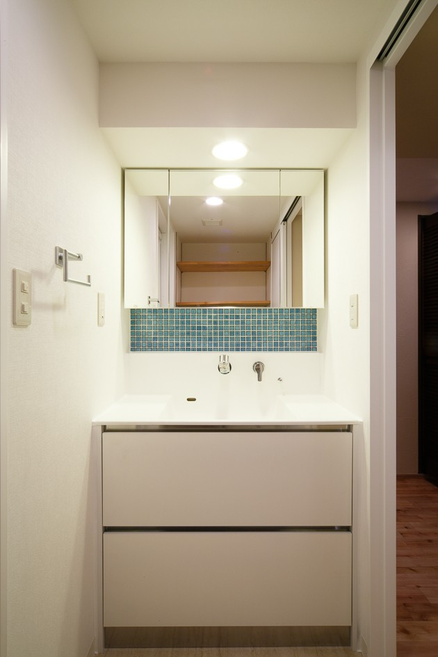 日の当たる広く開放的なリビングが自慢の家 (洗面室)