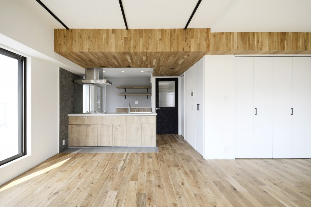 天井の無垢材がアクセントの明るい広々空間 (ダイニングキッチン)