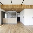天井の無垢材がアクセントの明るい広々空間の写真 ダイニングキッチン
