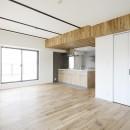 天井の無垢材がアクセントの明るい広々空間の写真 リビングダイニング