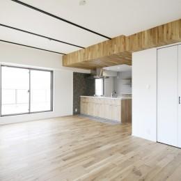 天井の無垢材がアクセントの明るい広々空間