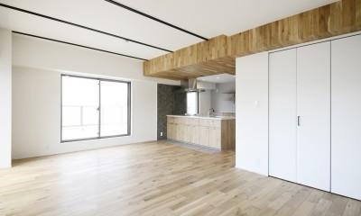 天井の無垢材がアクセントの明るい広々空間 (リビングダイニング)