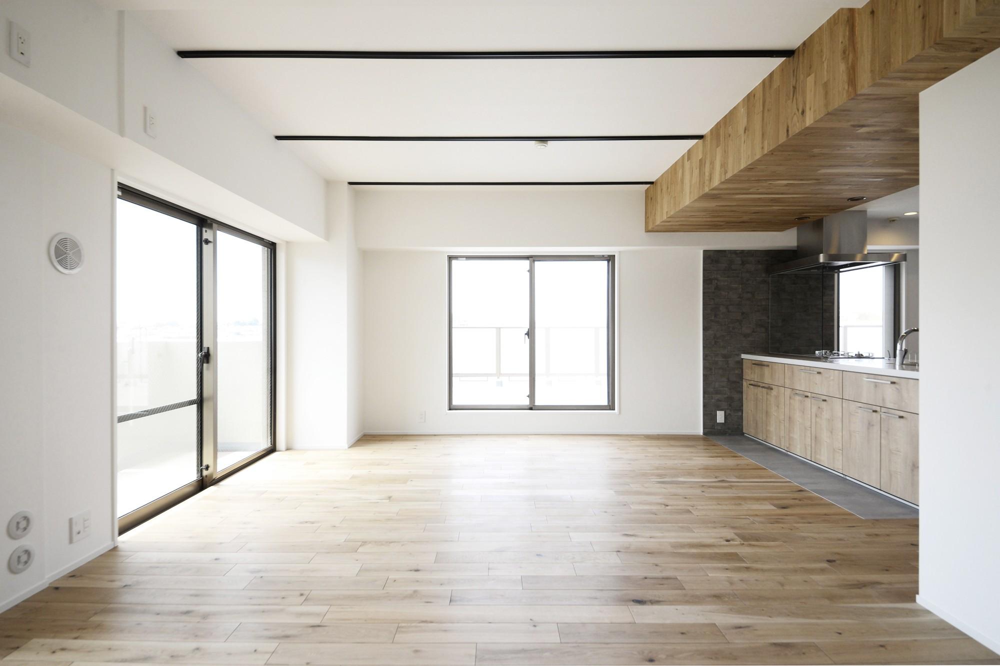 リビングダイニング事例:リビングダイニング(天井の無垢材がアクセントの明るい広々空間)