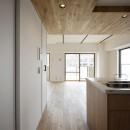 天井の無垢材がアクセントの明るい広々空間の写真 キッチン