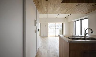 天井の無垢材がアクセントの明るい広々空間 (キッチン)