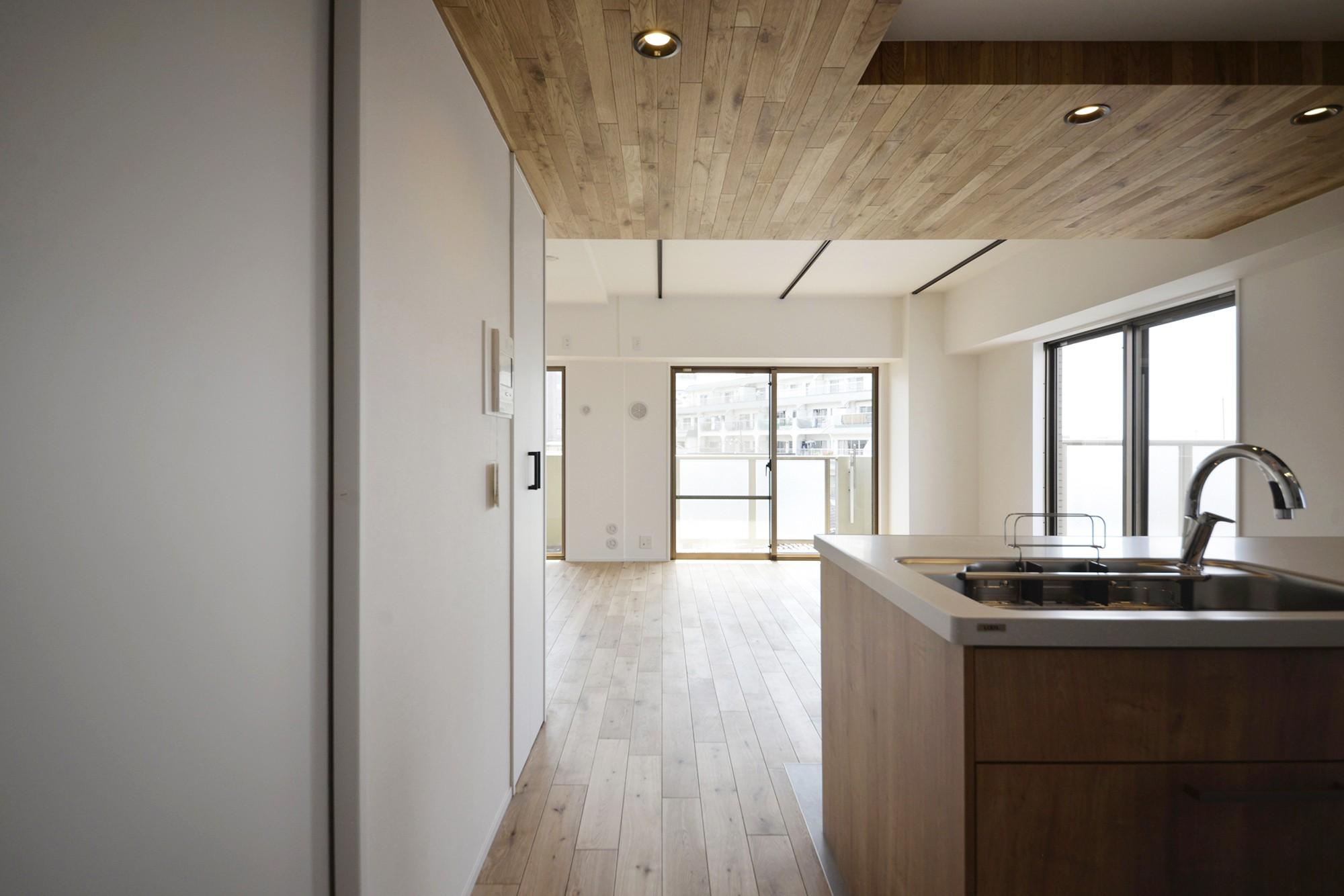 キッチン事例:キッチン(天井の無垢材がアクセントの明るい広々空間)