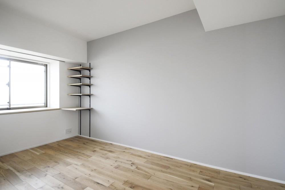 天井の無垢材がアクセントの明るい広々空間 (ベッドルーム)