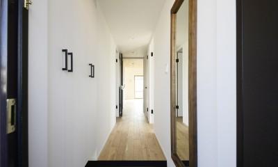 天井の無垢材がアクセントの明るい広々空間 (廊下)
