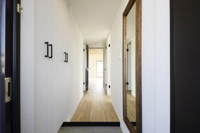 廊下 (天井の無垢材がアクセントの明るい広々空間)