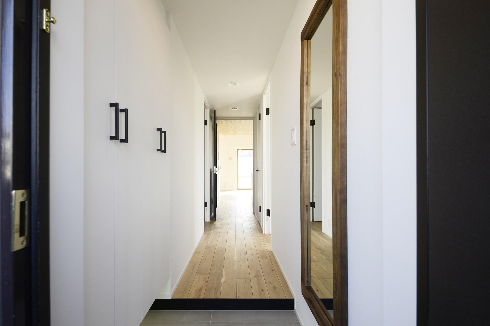 リビングダイニング事例:廊下(天井の無垢材がアクセントの明るい広々空間)