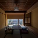 学林町の町家/耐震・断熱改修も行った京町家のリノベーションの写真 居間/天井と壁は元々の素材を活かし、床の間は新たに設えています