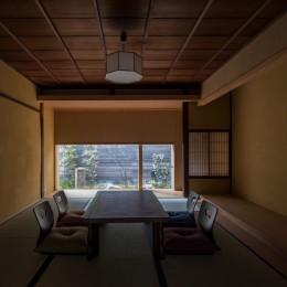 学林町の町家/耐震・断熱改修も行った京町家のリノベーション (居間/天井と壁は元々の素材を活かし、床の間は新たに設えています)