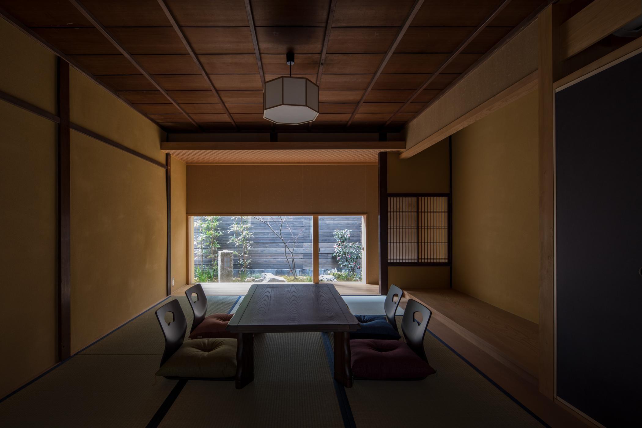 リビングダイニング事例:居間/天井と壁は元々の素材を活かし、床の間は新たに設えています(学林町の町家/耐震・断熱改修も行った京町家のリノベーション)