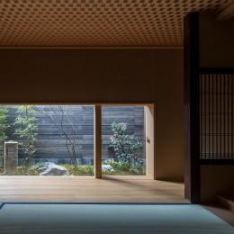 学林町の町家/耐震・断熱改修も行った京町家のリノベーション (居間/高さを抑えた窓から一幅の屏風のような庭が見えます)