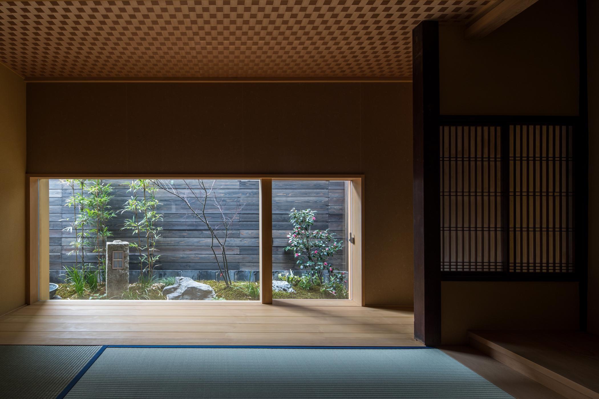 リビングダイニング事例:居間/高さを抑えた窓から一幅の屏風のような庭が見えます(学林町の町家/耐震・断熱改修も行った京町家のリノベーション)