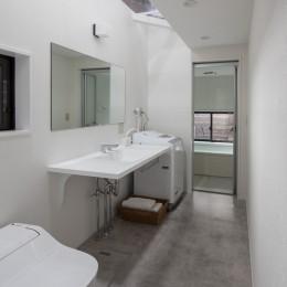 学林町の町家/耐震・断熱改修も行った京町家のリノベーション (水回り/天窓から光が差し込む、シンプルで無機質な水回り)