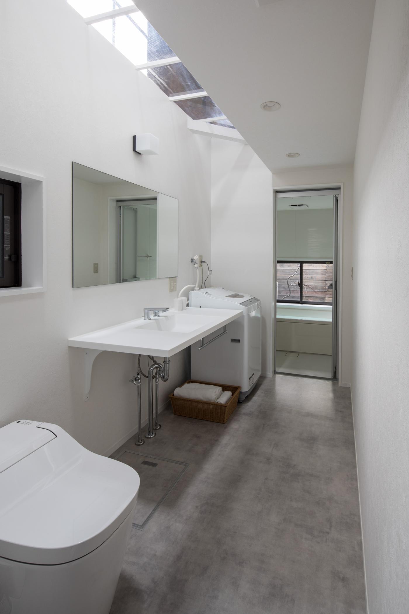 バス/トイレ事例:水回り/天窓から光が差し込む、シンプルで無機質な水回り(学林町の町家/耐震・断熱改修も行った京町家のリノベーション)