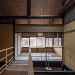 学林町の町家/耐震・断熱改修も行った京町家のリノベーション (廊下・吹抜け/天窓から差し込む自然光が1階まで届きます)