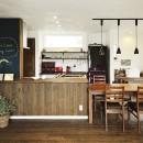 四季を愉しむロハスな家の写真 遊び心のあるダイニングキッチン