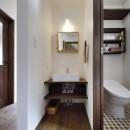 四季を愉しむロハスな家の写真 ホテルのような洗面室&トイレ