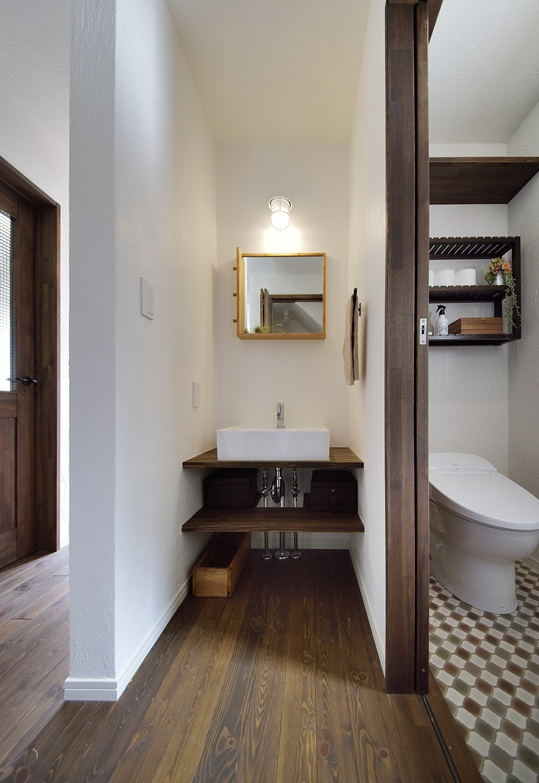 四季を愉しむロハスな家 (ホテルのような洗面室&トイレ)