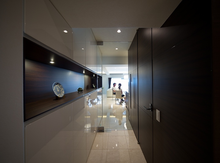 明るくて高級感溢れるラグジュアリーな空間(リノベーション)の写真 廊下