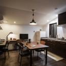 ギターと暮らす ヴィンテージスタイルの写真 シックな雰囲気のI型キッチン