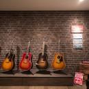 ギターと暮らす ヴィンテージスタイルの写真 ステージとしても使えるリビング内ディスプレイコーナー