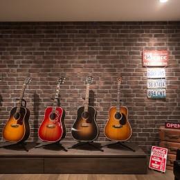 ギターと暮らす ヴィンテージスタイル (ステージとしても使えるリビング内ディスプレイコーナー)