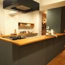 ヘリンボーンのフローリングが映えるアンティークリノベの写真 キッチン