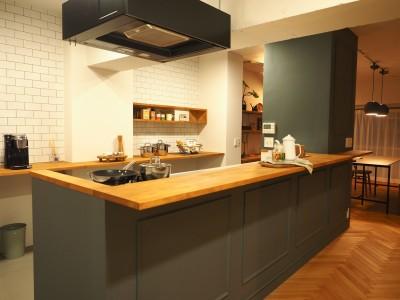 キッチン (ヘリンボーンのフローリングが映えるアンティークリノベ)