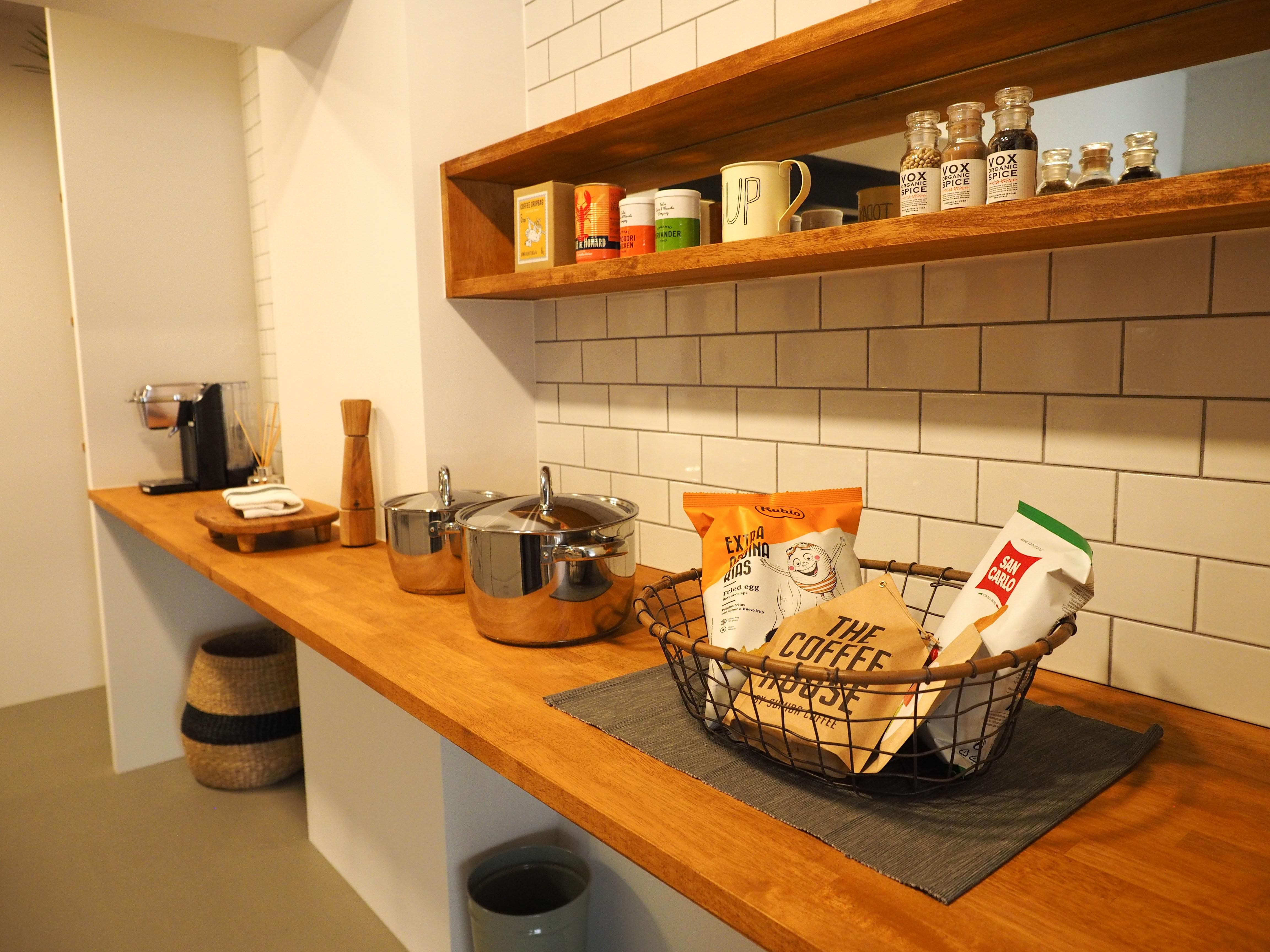 キッチン事例:キッチン(ヘリンボーンのフローリングが映えるアンティークリノベ)
