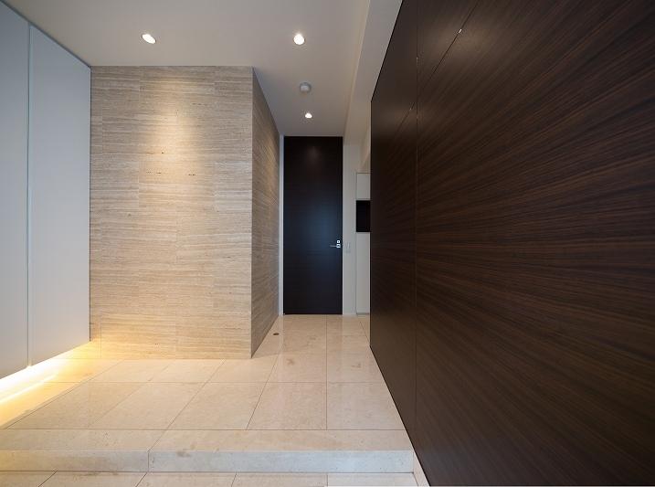 明るくて高級感溢れるラグジュアリーな空間(リノベーション)の写真 玄関1