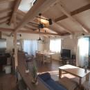 地下に個室のあるコンパクトな2階建て住宅の写真 リビングルーム