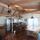 地下に個室のあるコンパクトな2階建て住宅の写真 ダイニングとキッチン