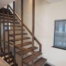 地下に個室のあるコンパクトな2階建て住宅の写真 1F〜2Fへの階段