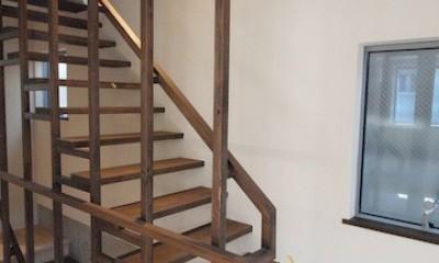 地下に個室のあるコンパクトな2階建て住宅 (1F〜2Fへの階段)