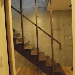 地下に個室のあるコンパクトな2階建て住宅 (地階〜1Fへの階段)