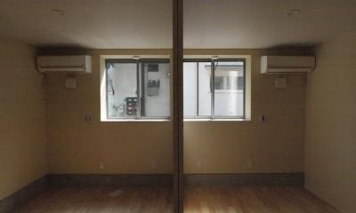 地下に個室のあるコンパクトな2階建て住宅 (1階の個室)
