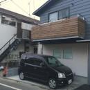 地下に個室のあるコンパクトな2階建て住宅の写真 道路側外観