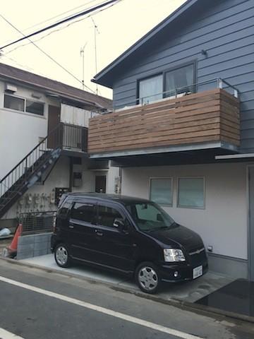 地下に個室のあるコンパクトな2階建て住宅 (道路側外観)