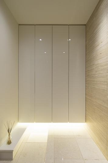 明るくて高級感溢れるラグジュアリーな空間(リノベーション)の写真 玄関2