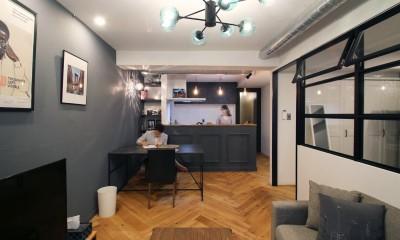 ヘリンボーンの床に、キッチンは塗装仕上げの木製モールディング