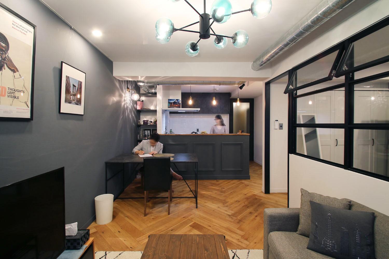 リビングダイニング事例:LDK(ヘリンボーンの床に、キッチンは塗装仕上げの木製モールディング)