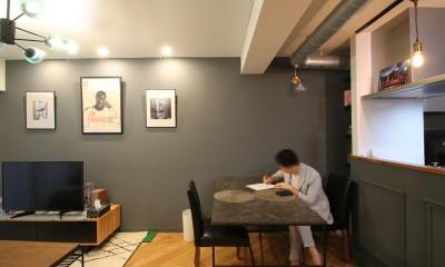 LDK|ヘリンボーンの床に、キッチンは塗装仕上げの木製モールディング