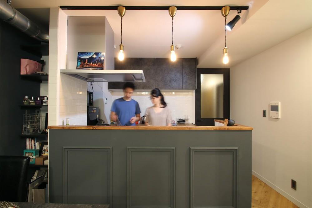 ヘリンボーンの床に、キッチンは塗装仕上げの木製モールディング (キッチン)