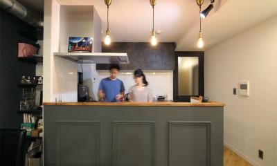 キッチン|ヘリンボーンの床に、キッチンは塗装仕上げの木製モールディング