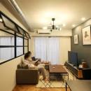 ヘリンボーンの床に、キッチンは塗装仕上げの木製モールディングの写真 LD