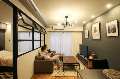 LD (ヘリンボーンの床に、キッチンは塗装仕上げの木製モールディング)